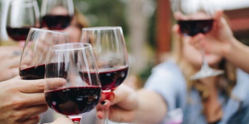 Wijn proosten buiten